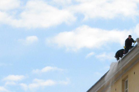 Odśnieżanie dachu – jak sobie z nim poradzić?