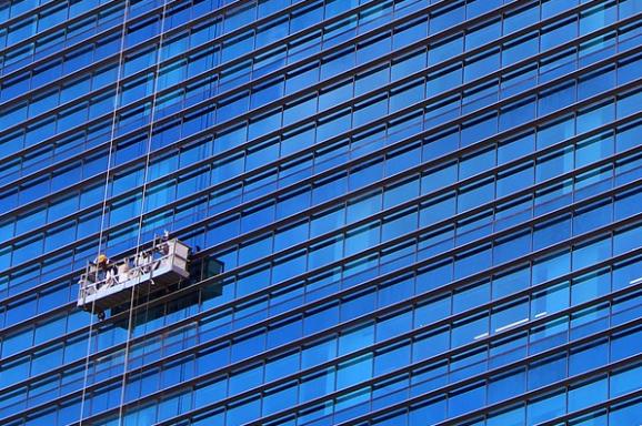 Praca alpinisty to nie tylko mycie okien wieżowców