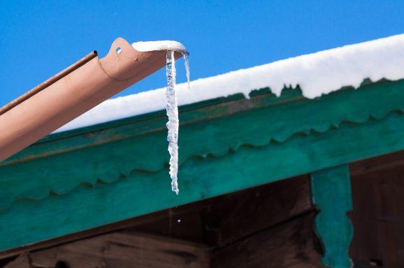 Uważajmy na sople! Zimą stanowią duże zagrożenie