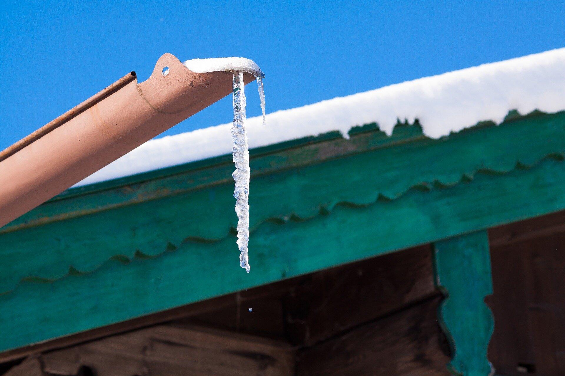 zwisający sopel lodu